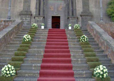 Addobbi floreali matrimonio per scalinata chiesa
