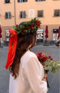 corona d'alloro con rose rosse e nastro rosso, e bouquet di laurea