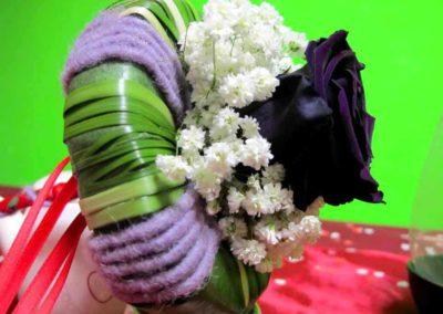 Composizione floreale con ghirlanda e rosa realizzato nella fioreria il Fiore all'Occhiello