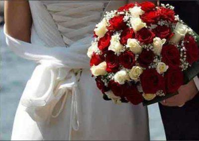 sposa con boquet di rose